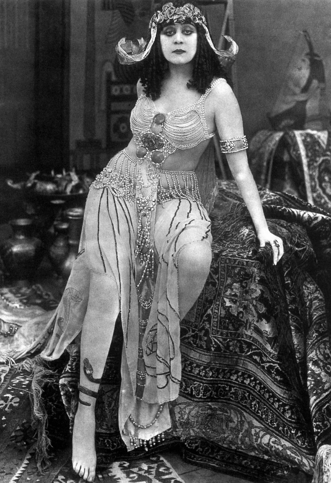Theda-Bara-in-Cleopatra---Der-erste-Vamp-des-Films-752253